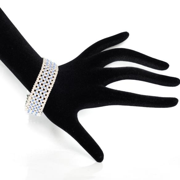 Le bracelet manchette L'Élégance Bleue, en argent massif et Cristal Swarovski (bleu saphir). Un cadeau éblouissant qui en épatera plus qu'une!