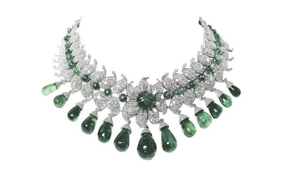 Collier Baroda, commandé par la Maharani de Baroda chez Van Cleef & Arpels en 1950, composé de 13 émeraudes cabochon, 13 émeraudes colombiennes taille poire (pour un total de 154 carats) et diamants. Toutes les pierres ont été fournies par la Maharani. Collection Faeber.